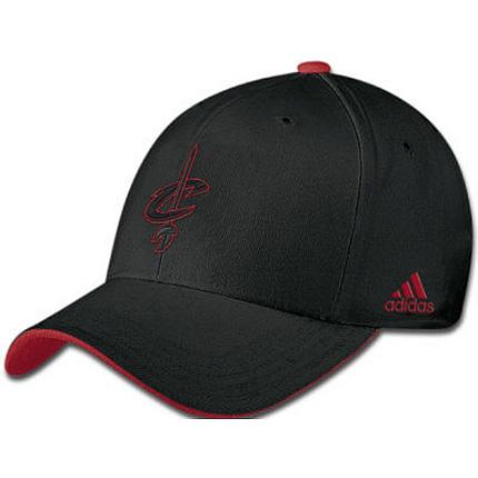 Mẫu nón kết đồng phục Adidas màu đen viền đỏ