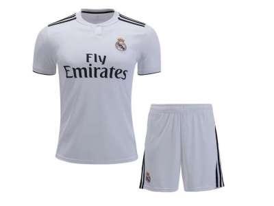 Mẫu áo thun thể thao tay ngắn cổ tròn màu trắng kèm quần