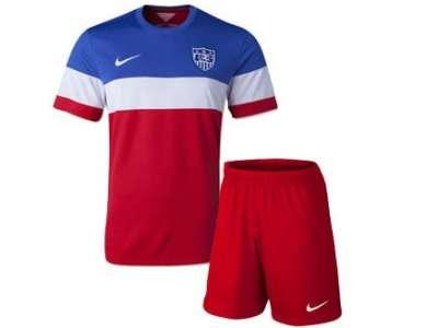 Mẫu áo thun thể thao tay ngắn cổ tròn phối màu đỏ-trắng-xanh kèm quần