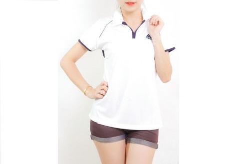 Mẫu áo thun thể thao nữ tay ngắn cổ trụ màu trắng viền nâu